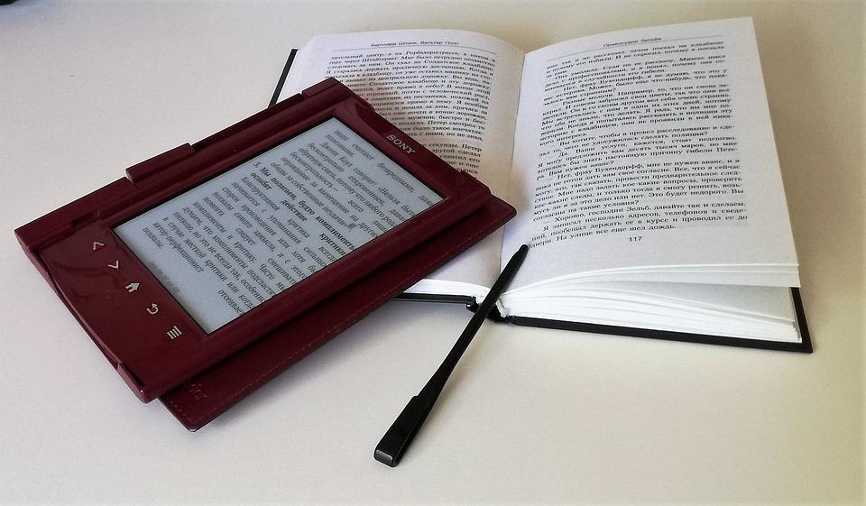 Ebooki – czy warto zastąpić nimi książki?